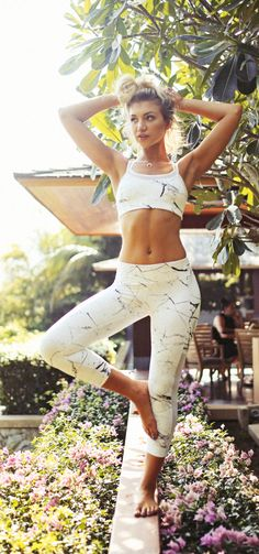 You will be shocked at how great these Sizzling Hot Women in Yoga Pants actually look. Given their rising popularity, there's no surprise that women love these sexy pants Yoga Fashion, Fitness Fashion, Women's Fashion, Womens Workout Outfits, Sport Outfits, Mode Yoga, Plus Populaire, Gym Style, Healthy Women