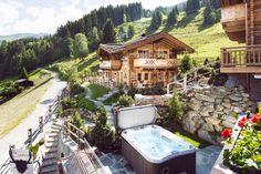 Aussenansicht mit Whirlpool der Luxus Chalets Sporer Alm in Tirol
