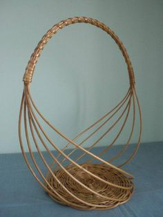 Basket Crafts, Jute Crafts, Bamboo Crafts, Newspaper Basket, Newspaper Crafts, Contemporary Baskets, Basket Weaving Patterns, Willow Weaving, Paper Weaving