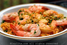 Receta fácil y sencilla del arroz con camarones preparado con arroz, camarones, cebolla, pimiento, tomate, perejil, comino, achiote y vino blanco.