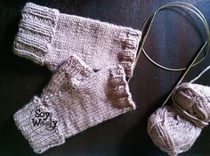Cómo tejer Guantes sin Dedos con dos agujas Slipper Socks, Fingerless Gloves, Arm Warmers, Mittens, Knitted Hats, Knitting Patterns, Knit Crochet, Winter Hats, Textiles
