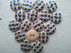 Hout bedrukt   GG   15-mm     -   Inges baby breihoekje  -           14 knoopjes - 15 mm -  voor   € 1,00  Mooie bedrukte kleurige houten knoopjes, 2 gaatjes