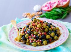 Zeytoon parvardeh är en delikat persisk olivsallad med granatäppelsirap och valnötter. Salladen serveras som en aptitretare eller sidorätt vid maten. Den ska gärna stå och gotta till sig i kylen några timmar och kan därför med fördel förberedas i god tid innan servering. Ca 6 portioner olivsallad 450 g urkärnade oliver (jag blandade både svarta och gröna) 3 dl valnötter 1 st granatäpple 2-4 st finhackade vitlöksklyftor (justera mängd efter smak, jag tog 2 klyftor) 0,5 dl granatäppelsirap 3…