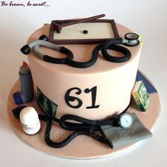 Lado médico (neumólogo) de la Tarta médico-zen para dos amigas que celebran su cumpleaños juntas. #tarta #cake #tartacumpleaños #tartaamigas #medico #neumologo #zen #tartamedico #tartaneumologo #tartazen #tartameditacion #tartamedicozen #doctorcake #zencake #fondant #hechoamano #handmade #fonendoscopio #tensiometro #pulmicort #ventolin #esfingomanometro #jardinzen