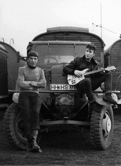 Spock (Leonard Nimoy) and John Lennon. I really don't care about john Lennon, but spock is awesome John Lennon, Elvis Presley, Leonard Nimoy, Rock And Roll, Janis Joplin, Ringo Starr, Rock Internacional, Liverpool, Les Beatles