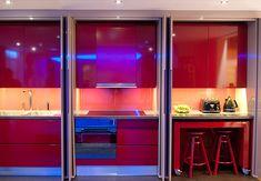 """casa do futuro Em um cômodo estão 10 ambientes. O segredo? Os móveis se escondem nas paredes, no chão e até no teto. Móveis emergem de paredes, do chão e do teto ao toque de um botão.  É assim que funcionarão as casas no futuro, na visão dos designers ingleses da Yo! Home.  O protótipo deste novo tipo de moradia junta todos os cômodos de uma casa de dois quartos em um pequeno espaço.   O quarto principal fica """"escondido"""" no teto.  [...] cozinha brota do chão...."""