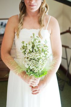 Ramo de novia de estilo bucólico con flores blancas {Foto, Happinés} #ramodenovia #bridalbouquet #tendenciasdebodas