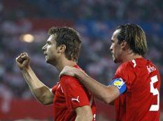 Die Österreicher Andreas Ivanschitz (l) und Christian Fuchs wollen die DFB-Elf ärgern. (Foto: Georg Hochmuth/dpa)