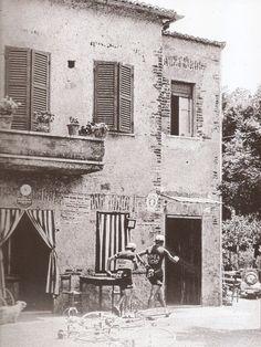 """Giro d'Italia 1955. Valerio Chiarlone (1931) e Angelo Coletto (1935-2006) si procurano un rifornimento """"straordinario"""""""