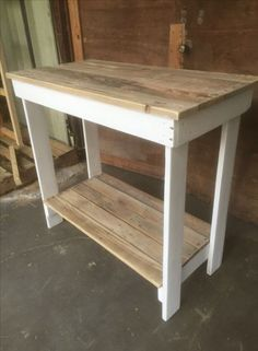 Reclaimed Kitchen island table from pallets Pallet Kitchen Island, Small Kitchen Tables, Kitchen Work Bench, Reclaimed Kitchen, Primitive Kitchen, Diy Kitchen Decor, Diy Home Decor, Kitchen Design, Kitchen Decorations