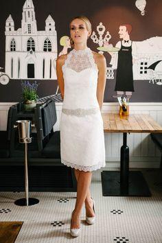 Dieses elegante, Figur betondende kurze Hochzeitskleid mit Stehkragen bringt deine Schultern durch den amerikanischen Armausschnitt wunderschön zur Geltung. Entdecke die wundervolle Blümchenspitze und fange gleich hier an zu träumen!
