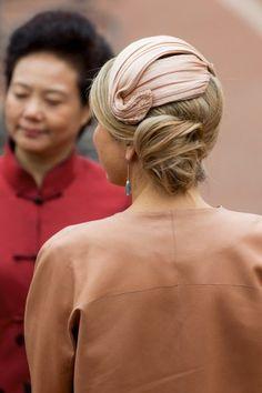 Queen Máxima, October 2015 in Fabienne Delvigne 2015 Hairstyles, Trending Hairstyles, Bun Hairstyles, Fascinator Hats, Fascinators, Headpieces, Cocktail Hat, Queen Maxima, Jackie Kennedy