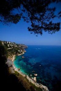 Cala El Ambolo, Xàbia, Alicante.  Se trata de una cala pequeña y nudista, de difícil acceso por tierra y a la que puede accederse desde el mar. Presenta vegetación y es de grava/bolos. Se puede bucear entre las praderas de poseidonia que albergan los fondos del Cabo.