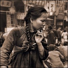 Old Photos Of China - Young Mother Carrying A Child On Her Back In The Market, Hong Kong Island 1946