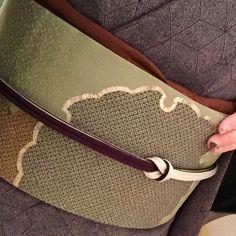 江戸小紋麻の葉に雪輪の名古屋帯 万能茶系の帯揚に両面使いの帯締めを水引に結ぶ