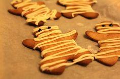 Gingerbread Mummies for kids Halloween parties Gingerbread Man Decorations, Halloween Decorations For Kids, Halloween Games For Kids, Halloween Costumes For Kids, Halloween Party, Gingerbread Men, Halloween Crafts, Halloween Biscuits, Halloween Baking