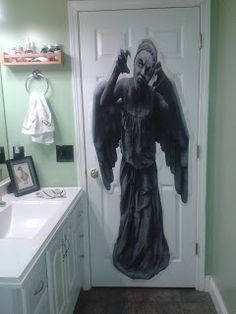 Doctor Who party Weeping Angel on the back of a door *Dork On A Dime* - Note: Red light/Green Light with Weeping Angel Doctor Who Birthday, Doctor Who Party, Dr Who, Doctor Who Bathroom, Nerd Party, Tardis Blue, 11th Doctor, Birthday Parties, 13th Birthday