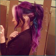 cabello violeta con mechon azul y flequillo plata!! BELLO!!