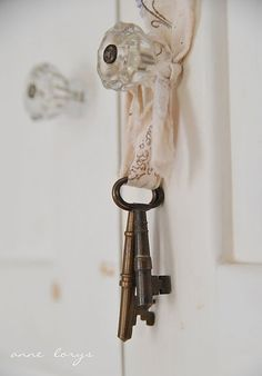 Shabby and Oh so chic inspiration! I'm so doing this with the old skeleton key we have for the dining room Casas Shabby Chic, Style Shabby Chic, Vintage Shabby Chic, Vintage Roses, Shabby Chic Decor, Vintage Lace, French Vintage, Knobs And Knockers, Door Knobs