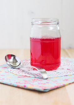Rabarbersirap. Ringla den över pannkakorna, glassen eller blanda en drink.