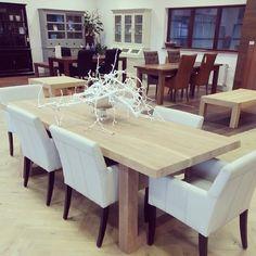 Noten Angle tafel in de lak met witte stoelen - Verkrijgbaar bij Fairwood houten vloeren en Meubelen in Tiel