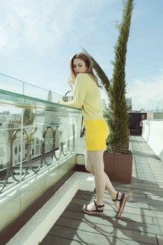 Jersey lima de French y falda de cuero amarilla de Zadig & Voltaire, bolso de Jimmy Choo y  sandalias de Louboutin.
