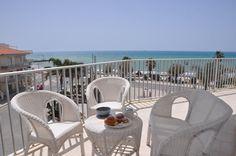 Замечательные видовые апартаменты площадью 130 кв.м на 4 этаже дома в Марина ди Рагуза прямо у моря. Рассчитаны на размещение 5-6 гостей.