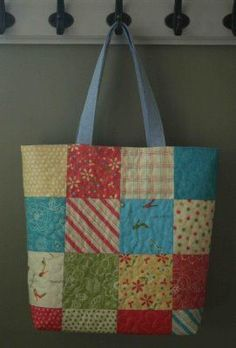 Charm Pack Quilted Tote Tutorial - maybe make one for mom Quilted Tote Bags, Patchwork Bags, Handbag Tutorial, Tote Tutorial, Tote Bag Tutorials, Tutorial Sewing, Fabric Bags, Fabric Basket, Charm Pack