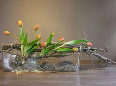 Tulpen gecombineerd met takken geven een mooi bloemstuk!