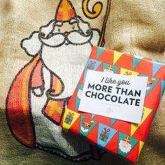 Sinterklaas heeft het zwaar hij vindt het guur en koud  Zijn botten doen pijn en hij voelt zich oud  Gelukkig heeft piet voor hem bij Andere Chocolade bestelt  Nu voelt hij zich weer herboren en rent weer lachend over het voetbalveld  #sinterklaas #voetbal #power #sint #cadeau #anderechocolade #chocoladeverzekering #gedicht #chocola #kado