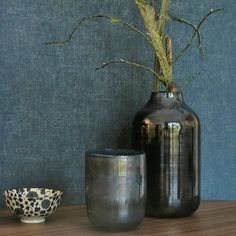 Casadeco Nuances linnen behang petrol blauw met metallic glans Vase, Wallpaper, Home Decor, Woodwind Instrument, Paint, Decoration Home, Room Decor, Wall Papers, Jars