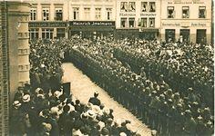 Parade vor dem Rathaus in Buxtehude zu Beginn des Ersten Weltkriegs.
