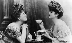 circa 1905: 'Gibson Girls', Miss Carlyle and Miss Clarke take tea. 'Gibson Girls' were a tall slim-waisted type of women characterised by the drawings of American society illustrator Charles Gibson.
