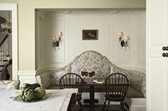 """這間""""朗費羅莊園""""建造於1928~1934年間,建築上呈現了家園豐富的歷史細節。 莊園的設計運用較多的古典手法展現家族的地位與尊貴,曲線與線板以重複卻不繁複的型態出現,白色與深木色塑造不同的空間底蘊,可以優雅也可以穩重。 via Charlie & Co Design"""