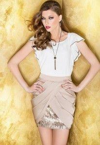 Falda corta con original forma de tulipán con lentejuela de piel. Blusa con detalle de canutillo dorado. - Cabotine