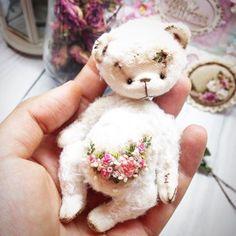 Эта девочка домик тоже уже нашла) #bears #bear #teddybear ##teddy #миниразмер #миша #мило #миник #мишка #миниатюра #вышиваю #вышивка #домикнашел #тедди #теддик #теддимишка