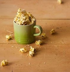 Nada proporciona um lanchinho diferente e rápido como misturar a pipoca pronta com algo gostoso. Aqui, os escolhidos são curry, coentro, pimenta-do-reino e parmesão ralado fininho. Veja aqui a receita. Food Humor, Churros, Popcorn, Oatmeal, Projects To Try, Food And Drink, Tasty, Snacks, Breakfast