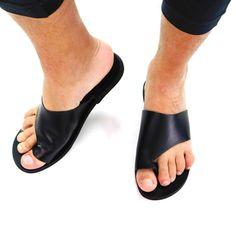 Sandales pour hommes toboggans en cuir noir sandales | Etsy Toe Loop Sandals, Slip On, Etsy, Fashion, Boho Sandals, Beach Sandals, Mens Slip On Sandals, Greek Sandals, Shoe Pattern