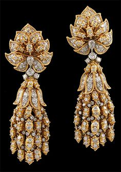 Harry Winston gold and diamond earrings Harry Winston, Gold Diamond Earrings, Stud Earrings, Chandelier Earrings, Stylish Eve, Indian Jewelry, Jewelry Design, Bling, Jewelry Box