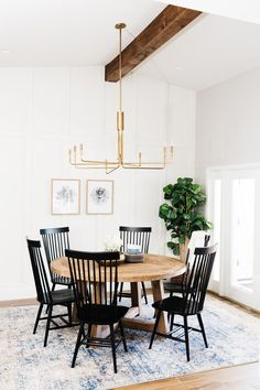 The Windsor dining chairs are known as one of the classics of English country kitchen furniture. These are perfect as dining room chairs. Windsor Dining Chairs, Black Dining Room Chairs, Black Chairs, Dining Rooms, Dining Area, Dining Room With Rug, Outdoor Dining, Round Wooden Dining Table, Vintage Dining Chairs