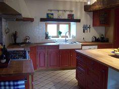 Met kookeiland... Hoewel rood mijn favoriete kleur is, vind ik rode keukenkastjes toch wel erg knallend. Doe mij maar witte...