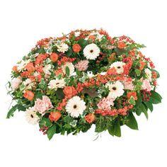 [ COMPASSION FRATERNELLE ] Couronne plate composée de cuphorbe, germinis, roses, oeillets, hyporicum, sallal, lierre. #deuil #condoleances