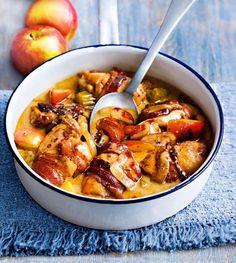 Kycklinggryta med bacon, äpple och cider. 4 portioner 2 matskedar solrosolja 2 äpplen, urkärnade, skurna i större bitar 1 gul lök, skivad Tre selleristjälkar, skurna i bitar 8 skivor bacon 8 kycklinglår, ben- och skinnfria 1/2 l äpplecider (eller äppeljuice) 1 matsked grovkornig senap 1 kycklingbuljongtärning 2 matskedar crème fraiche eller syrad grädde Salt och peppar