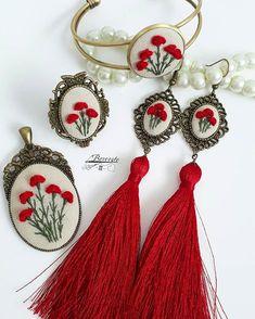 Merhabalar🙋 💞 Çiçek demetimle selam vereyim dedim💞 💟 💓 💗 #bercestebutik #berceste #hasbahçem #zarifhanem #hayalevim #işleme #nakış… Diy Embroidery Patterns, Hand Embroidery Videos, Embroidery Stitches Tutorial, Embroidery Jewelry, Embroidery Art, Embroidered Cushions, Brazilian Embroidery, Felt Applique, Fabric Jewelry
