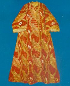 16th century Ottoman kaftan, fur-lined http://maniamuseu.wordpress.com/2010/10/27/topkapi-famoso-palacio-turco/