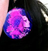 what shall a poor girl wear: Kaikista kauneimmat korvakorut Nämä korvakorut ostettu myyjäisistä 2011: Joulujarmarka Venäjän tiede- ja kulttuurikeskuksessa. Kaikista kauneimmat korvakorut, valitsin pinkin violetit, jotka olivat upeimmat, kuin Corto Maltesen kohtaama nainen, mysteeri, perhonen kehittyy, kuvio muodostuu, Art Nouveaun kiemurat nousevat luonnosta, ja kietoutuvat: