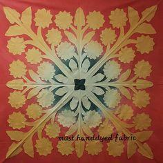 """좋아요 89개, 댓글 3개 - Instagram의 must_handdyed_fabric(@must_hawaiianquilt)님: """"20180321 . . 🌻🌻🌻🌻🌻 . . 이 작품의 디자인은 해바라기예요! 집안의 풍수지리로 서쪽에 노랑색을 두면 부자된데요~~😆 믿거나 말거나~ 그래서 해바라기 장식을…"""""""