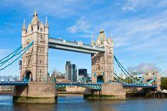 Pont parmi les plus célèbres du monde, le Tower Bridge est un pont basculant franchissant la Tamise face à la tour de Londres. Inauguré en 1894, Tower Bridge avait alors pour objectif de désencombrer l'Est de Londres. L'intérieur du pont, ouvert à la visite, offre une vue magnifique sur Londres.