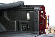 Das neue Modell markiert die Rückkehr der Marke in das Pickup-Segment und kommt zu den Feierlichkeiten des 80-jährigen Jubiläums von Jeep® zu den europäischen Händlern. Jeep Gladiator, Suitcase, Bags, Celebrations, Scale Model, Handbags, Briefcase, Bag, Totes