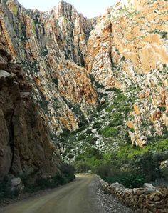 A estrada de Swartberg é uma das mais belas estradas cênicas de montanha do mundo, com paisagens fantásticas em seu percurso. África do Sul.